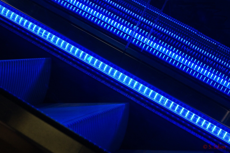 Blaue Rolltreppe