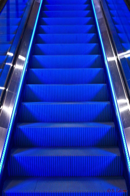 Blaue Rolltreppe frontal