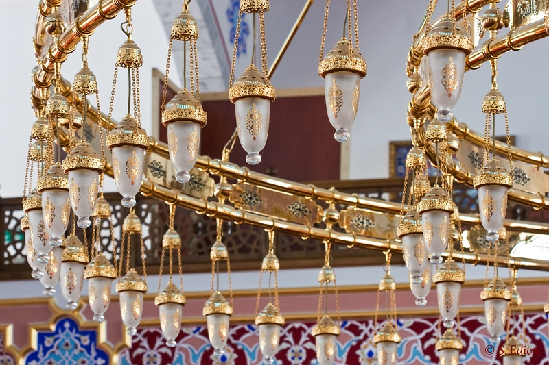Leuchter in der Merkez-Moschee