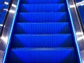 Blaue Rolltreppe frontal