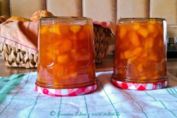 Zwei Gläser selbst gemachte Aprikosenmarmelade