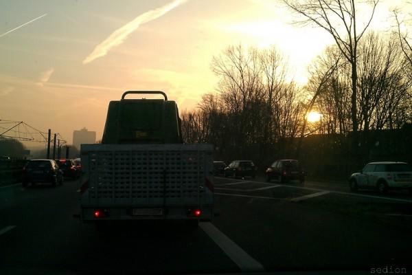 Gibt es etwas Romantischeres? Sonnenaufgang im Stau auf der A40.