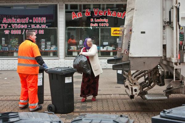 Maurice wartet ab, bis eine alte Frau einen Müllsack in den Wagen geworfen hat.
